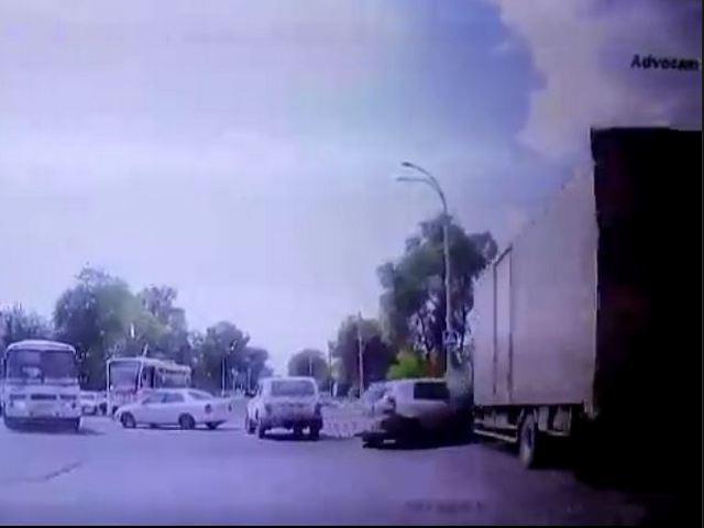 В Кемерове грузовик врезался в иномарку