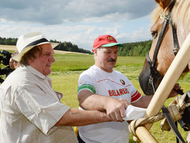 Лукашенко научил Жерара Депардье косить траву