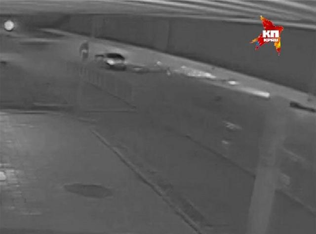 Видео ДТП на Байкальской: Mercedes на огромной скорости врезался в стоящий на светофоре автомобиль