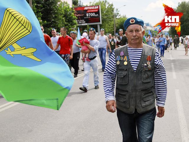 В Барнауле по проспекту Ленина торжественно прошли десантники