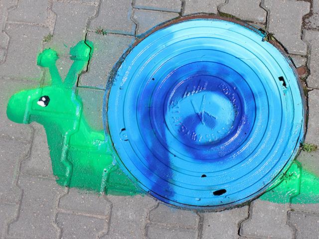 В Бресте художница разукрасила канализационные люки