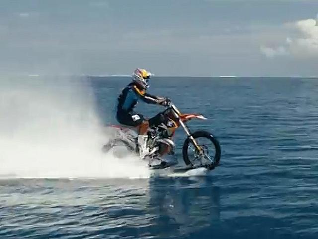 Австралийский экстремал прокатился по волнам на мотоцикле