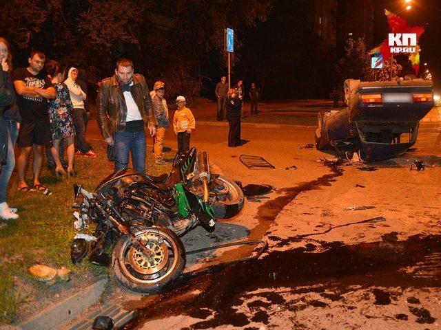 В Кемерове байкер на полной скорости врезался в легковой автомобиль