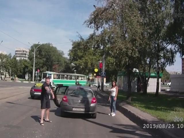 В Новокузнецке водитель размахивал топором и стрелял из пистолета