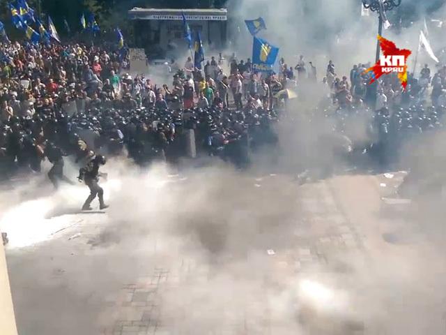Момент взрыва гранаты у Рады Киева