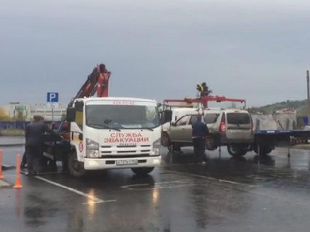 В Нижнем Новгороде с парковки у торгового центра эвакуировали машину со спящими детьми