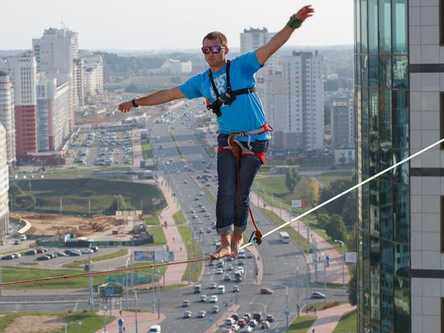 Как в Минске на высоте в 70 метров на глазах у всех по тоненькой стропе ходили, теряли равновесие и даже падали канатоходцы