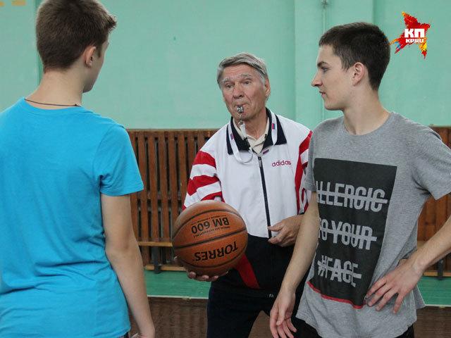 Нижегородский физрук в 76 лет играет с учениками в баскетбол и волейбол
