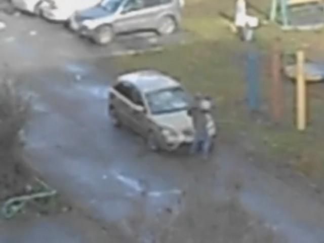 Кемеровчанин разбил машину ведром и звал Кирилла