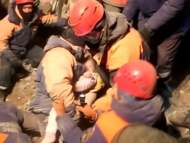 Хабаровские спасатели встретились с девочкой, которую они вытащили из завалов дома в Корфовском