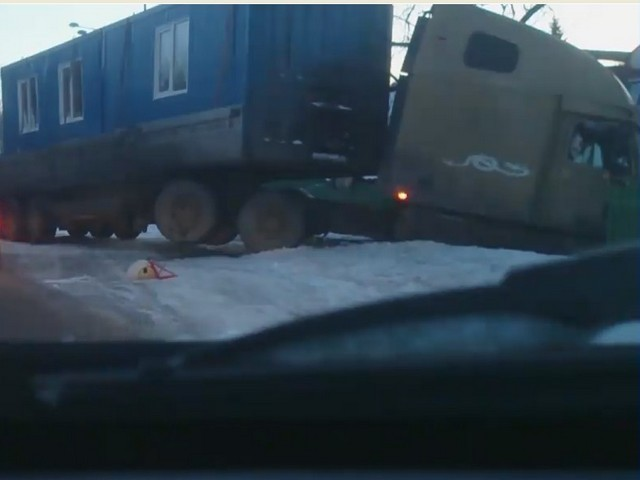 В Новокузнецке грузовик снес забор частного дома