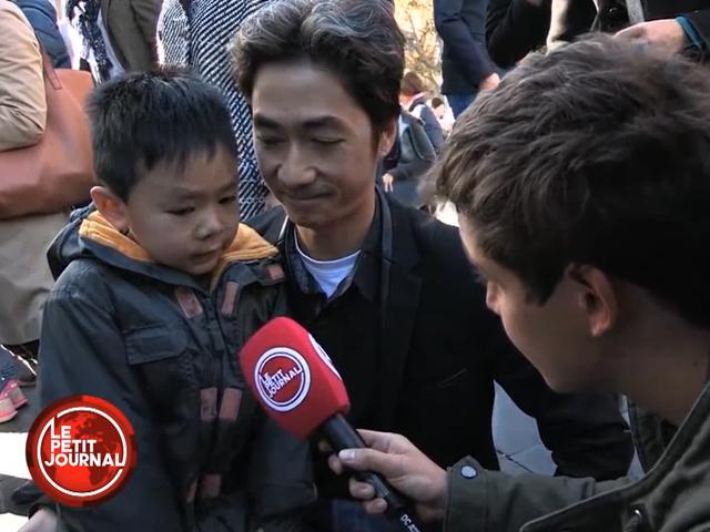 Отец успокаивает малыша после теракта [Интернет-хит]