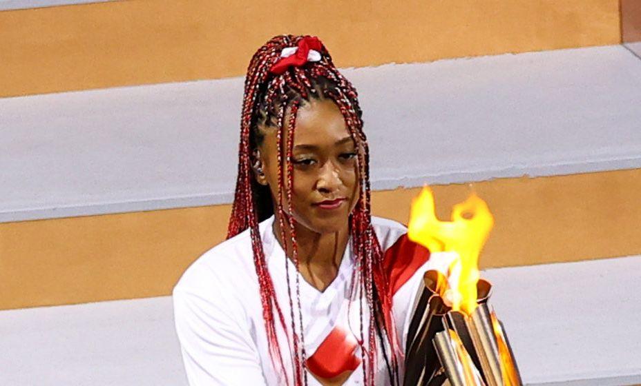 Японская теннисистка Наоми Осака за несколько секунд до зажжения огня Олимпиады. Фото: Reuters
