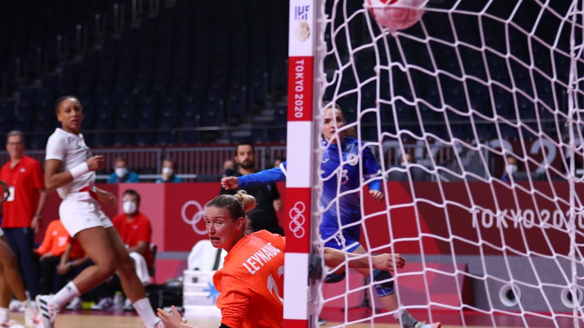 Анна Вяхирева поражает ворота сборной Франции. Фото: REUTERS