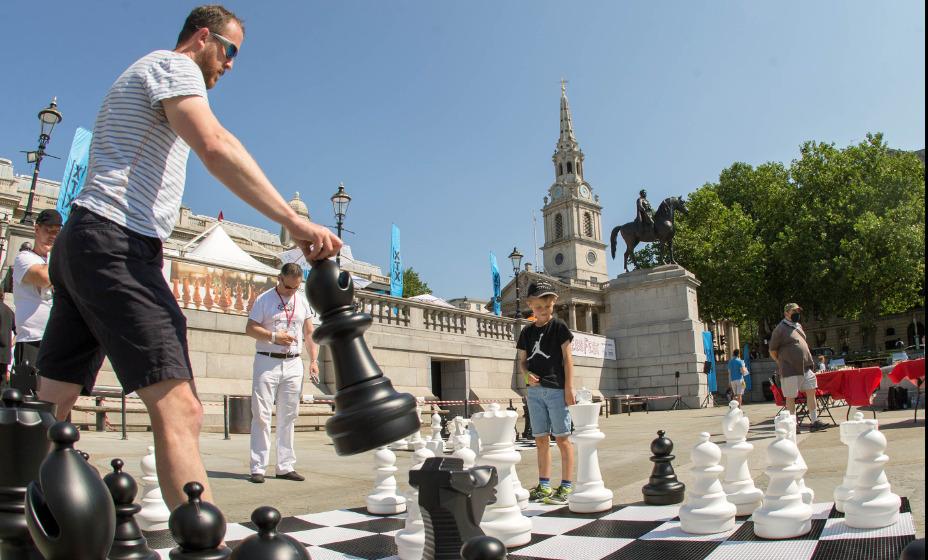 Британские ученые хотят уравнять права черных и белых шахмат. Фото: Global Press Look