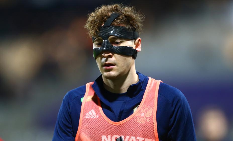 Полузащитник сборной России Далер Кузяев вновь сыграл в маске. Фото: Reuters